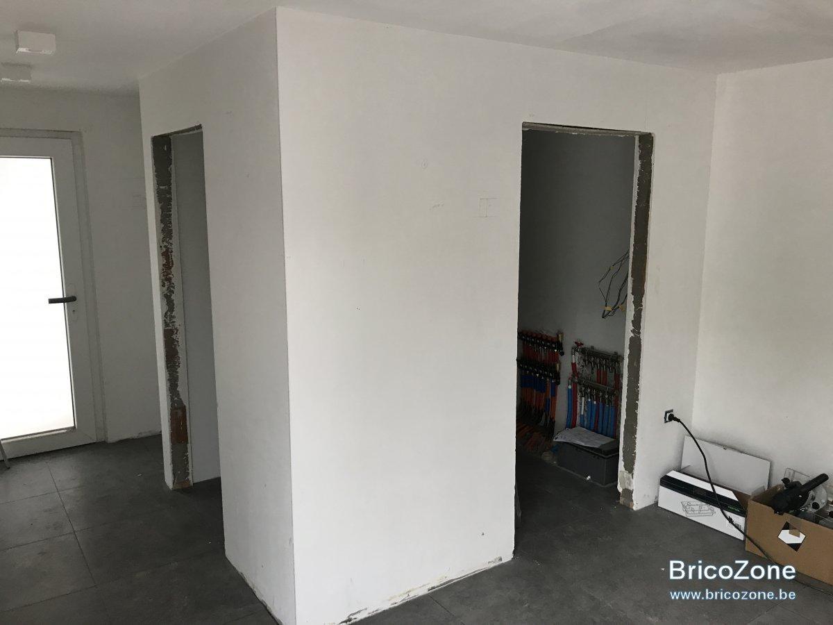 cube en bois portes et placard invisible. Black Bedroom Furniture Sets. Home Design Ideas