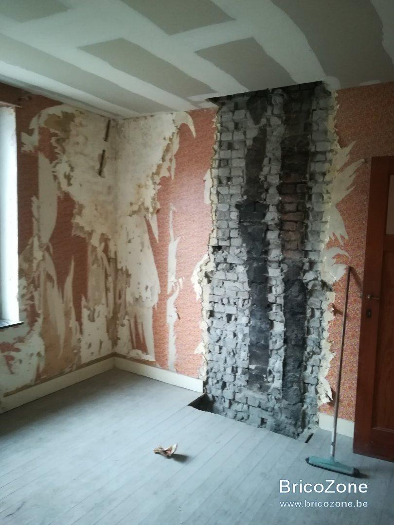 Lessiver Un Mur Avant Peinture plafonner un mur d'une ancienne cheminée couvert de suie
