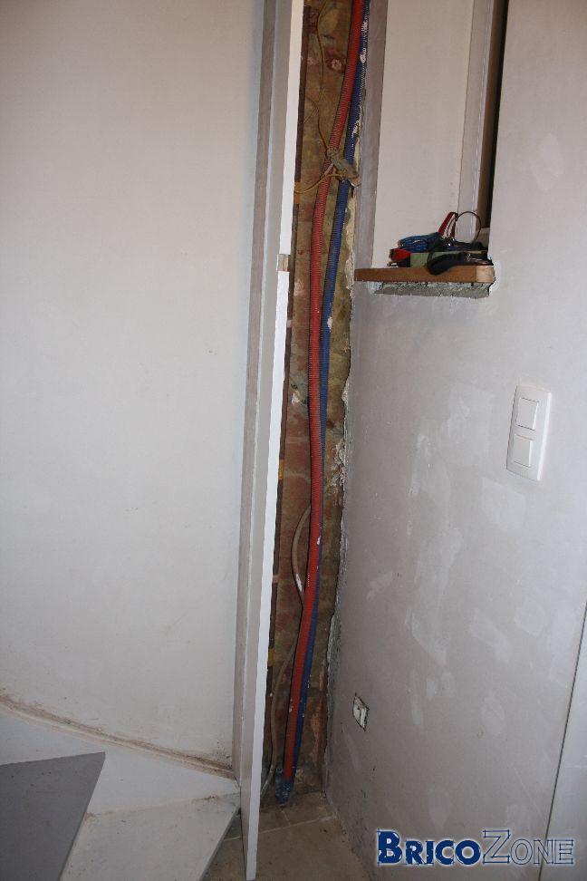 cacher tuyaux chauffage central rosette cache radiateur bois je vous envoie deux photos qui. Black Bedroom Furniture Sets. Home Design Ideas