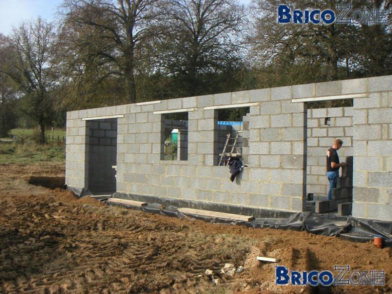 Abri de jardin en briques page 2 for Bloc beton jardin