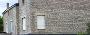 Brique blanche en beton qui est porreuse avec le temp..