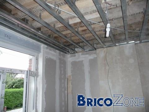 Comment poser un plafond suspendu ossature faux plafond - Comment poser un faux plafond en dalle ...