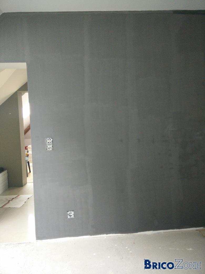 peinture gris fonc e semble aspir e par le mur. Black Bedroom Furniture Sets. Home Design Ideas