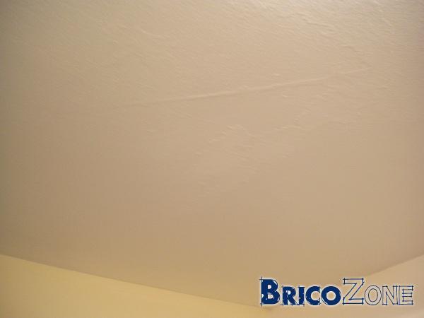 Plafond avec taches d'enduit