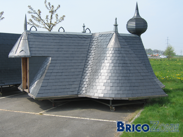 Noue toiture tuile beautiful la dcoupe des tuiles se fait avec un on mange pas mal de terre for Tuile arrondie