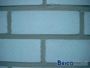 Reboucher des trous dans des briques