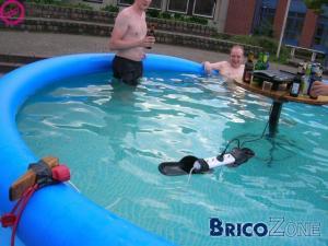 3 génies et du 220 volts dans une piscine