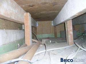 Plancher sur�lev� sur vide, dans la salle de bains