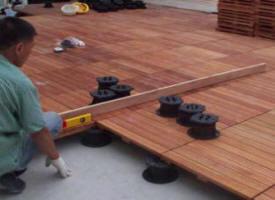 Poser une terrasse en bois composite sur des dalles en béton fendues