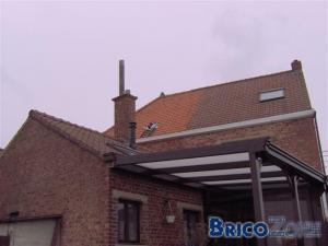 Fenêtre du toit du voisin cassée : risque d'humidité