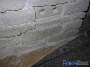 Pose parquet flottant et mur en pierres très inégales