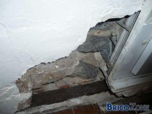 mur en platre humide,horreur derriere!!!