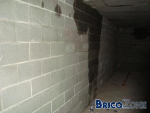 Traces humides sur murs de caves