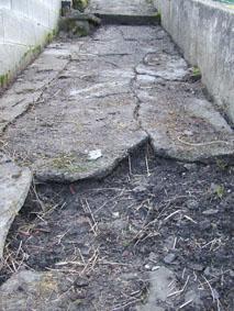 Sentier betonné en mauvais état
