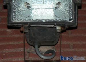 Pose d'une lampe extérieure