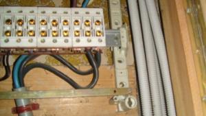 4 cables sortent du compteur mais 2 utilisés