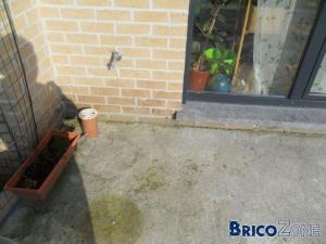 Terrasse mal faite comment la corriger ? Humidité contre les murs.