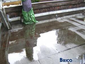 Flaque d'eau sur la plateforme en roofing