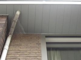 couverture corniche de travers et descente eau pas en face?