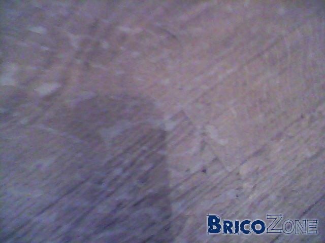 Tâches blanches sur sol en bois
