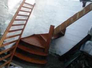pose d 39 un escalier sur mur pas droit. Black Bedroom Furniture Sets. Home Design Ideas
