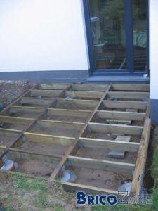 Plots pour terrasse dans pelouse