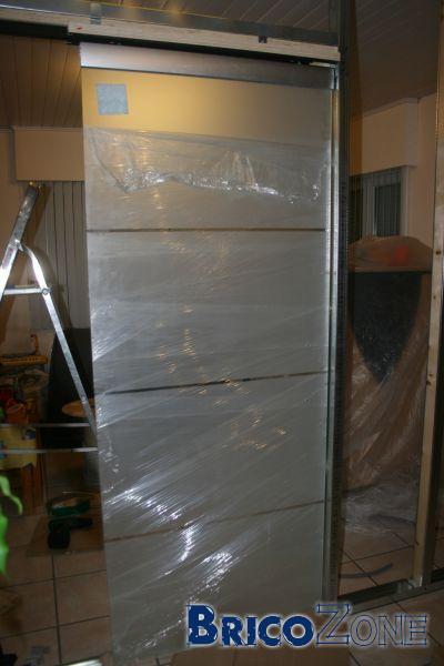 pose d 39 une porte coulissante. Black Bedroom Furniture Sets. Home Design Ideas