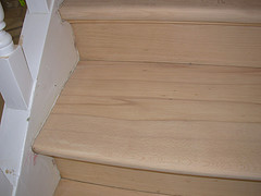 Vitrifier un escalier bois dans le ton naturel-miel satiné