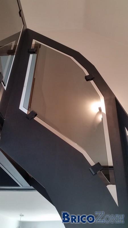 Escalier quart tournant acier coup� laser ,ch�ne massif