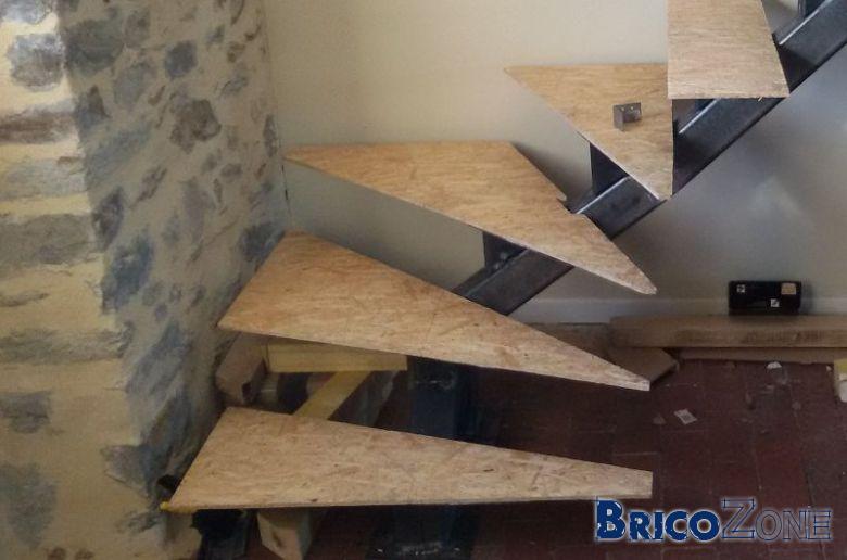 Escalier limon central en tronc d 39 arbre for Fabriquer une marche en bois